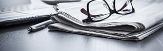 신문과 안경 이미지